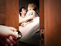 Mải mê bên nhân tình, nửa đêm mò về thấy vợ ngủ cạnh đàn ông lạ