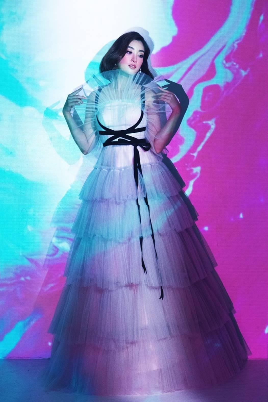 Đỗ Mỹ Linh, Tiểu Vy đẹp mê hoặc trong hình tượng nữ thần biển cả-3
