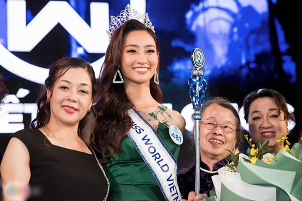 Bất ngờ với chức vụ khủng và dung mạo đời thường phúc hậu, quý phái của mẹ tân Hoa hậu thế giới Việt Nam - Lương Thùy Linh-2