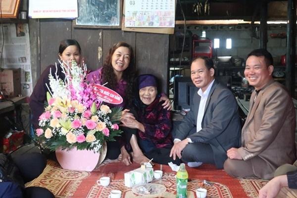 Bất ngờ với chức vụ khủng và dung mạo đời thường phúc hậu, quý phái của mẹ tân Hoa hậu thế giới Việt Nam - Lương Thùy Linh-4