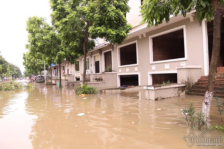 Biển nước bao vây khu biệt thự triệu đô ở Hà Nội-16