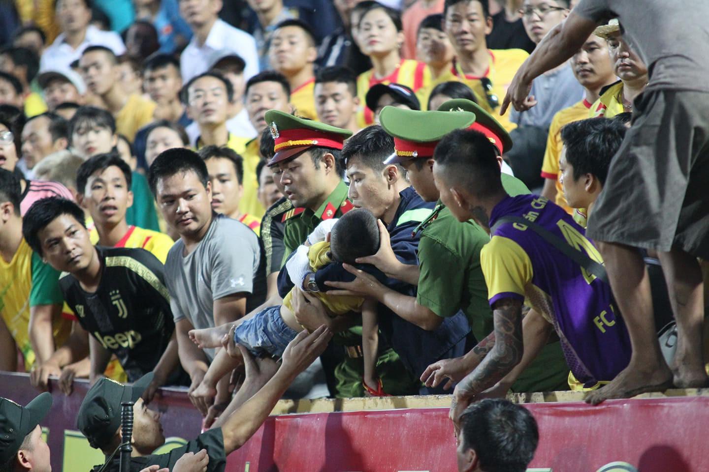 Bé trai bị co giật khi ngồi trên khán đài xem đá bóng, may mắn được đưa đi cấp cứu kịp thời-1