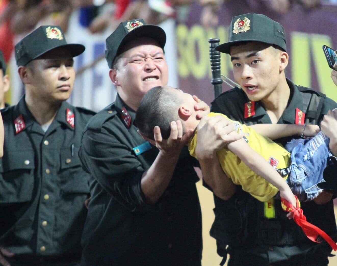 Bé trai bị co giật khi ngồi trên khán đài xem đá bóng, may mắn được đưa đi cấp cứu kịp thời-2