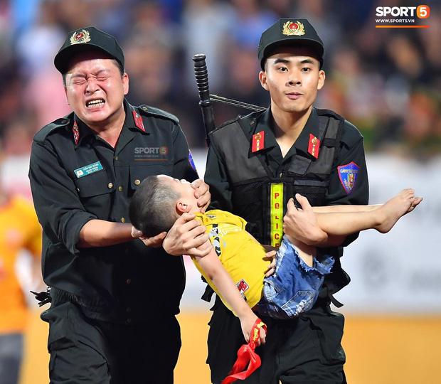 Danh tính Đại úy CSCĐ tỉnh Nam Định dùng tay chèn miệng bé trai trên sân vận động-1