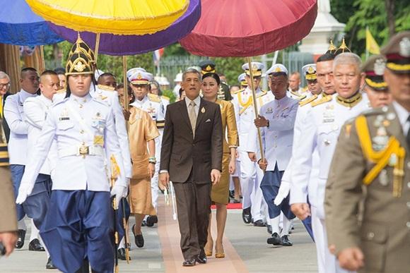 Trước khi lập Hoàng quý phi, Hoàng hậu Thái Lan vẫn ân cần chăm sóc chồng một cách tinh tế, khẳng định vị trí vợ cả của mình-1