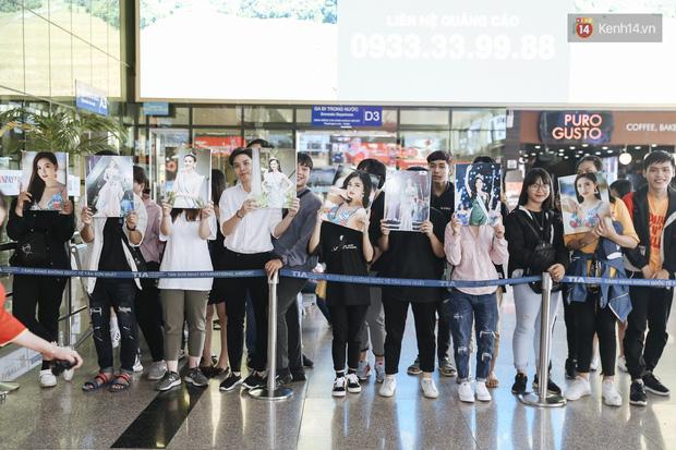 Tân Hoa hậu Lương Thùy Linh mặc giản dị, rạng rỡ cùng 2 Á hậu xuất hiện tại TP.HCM trong vòng tay người hâm mộ-21