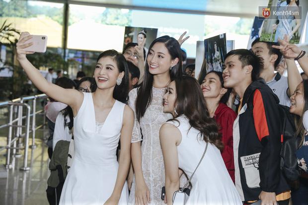 Tân Hoa hậu Lương Thùy Linh mặc giản dị, rạng rỡ cùng 2 Á hậu xuất hiện tại TP.HCM trong vòng tay người hâm mộ-11