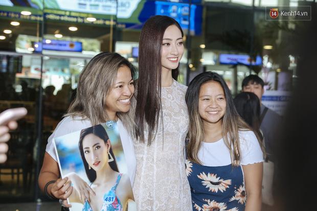 Tân Hoa hậu Lương Thùy Linh mặc giản dị, rạng rỡ cùng 2 Á hậu xuất hiện tại TP.HCM trong vòng tay người hâm mộ-10