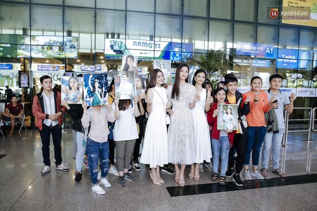 Tân Hoa hậu Lương Thùy Linh mặc giản dị, rạng rỡ cùng 2 Á hậu xuất hiện tại TP.HCM trong vòng tay người hâm mộ-16