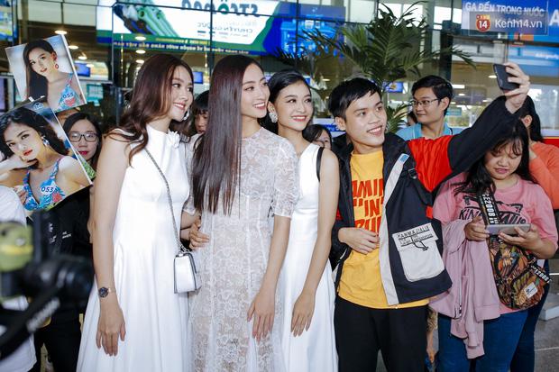 Tân Hoa hậu Lương Thùy Linh mặc giản dị, rạng rỡ cùng 2 Á hậu xuất hiện tại TP.HCM trong vòng tay người hâm mộ-15