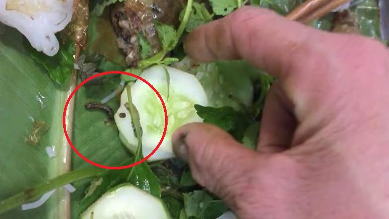 Hàng bún đậu nổi tiếng nhất nhì Hà Nội bị khách tố có sâu và phân sâu trong mẹt rau, ăn về còn đau bụng?-3