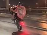 Tài xế xe khách lướt Facebook khi đang đi trên cao tốc-1
