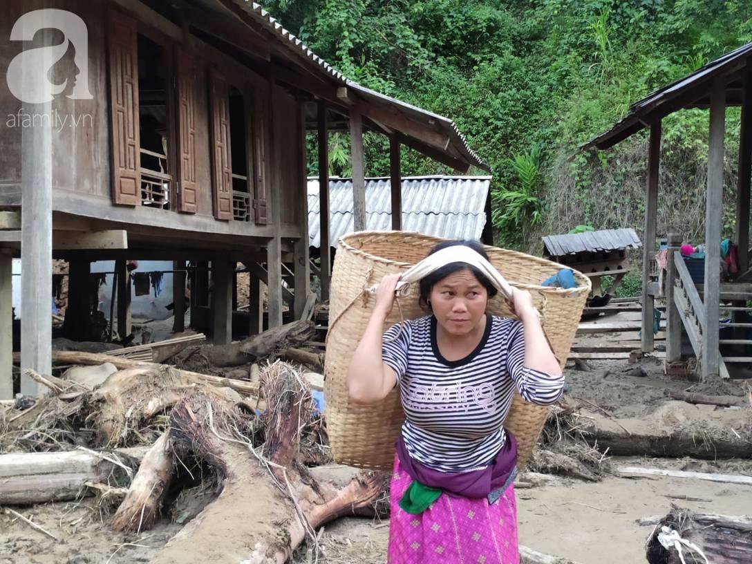 Ám ảnh tiếng khóc nghẹn của người dân vùng lũ, 12 người vẫn chưa trở về nhà: Con tôi còn nhưng bố mẹ bị nước cuốn cả rồi-12