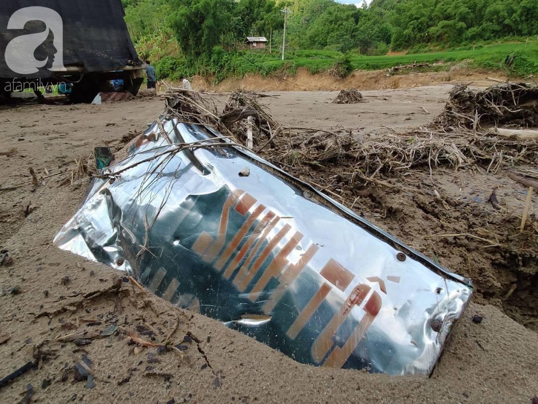Ám ảnh tiếng khóc nghẹn của người dân vùng lũ, 12 người vẫn chưa trở về nhà: Con tôi còn nhưng bố mẹ bị nước cuốn cả rồi-18