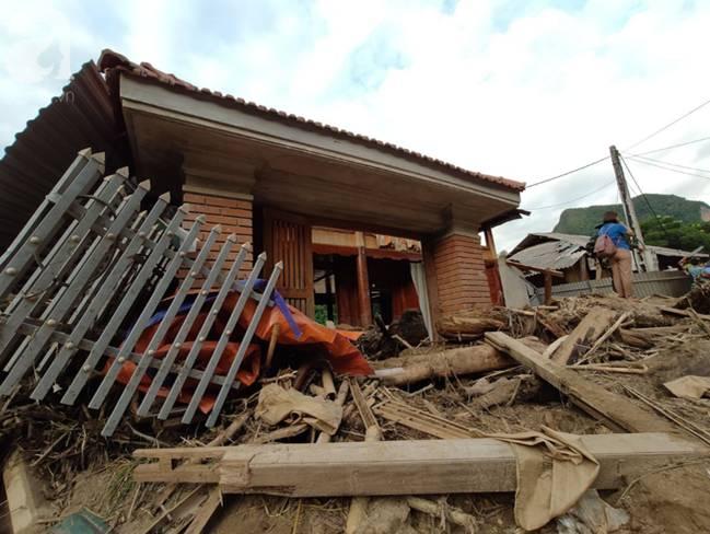 Ám ảnh tiếng khóc nghẹn của người dân vùng lũ, 12 người vẫn chưa trở về nhà: Con tôi còn nhưng bố mẹ bị nước cuốn cả rồi-19