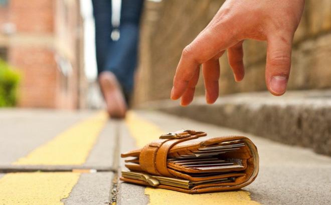Nhặt được chiếc ví da, nhiều năm sau, cô bé mồ côi nhận được bản di chúc đáng kinh ngạc-1