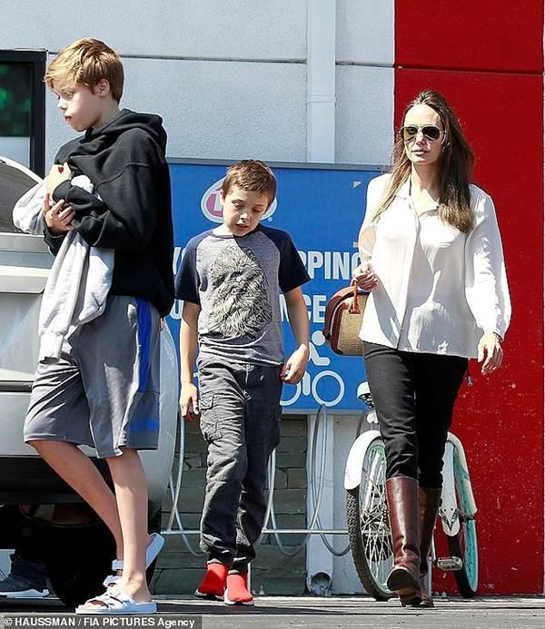 Angelina Jolie 44 tuổi đẹp rạng ngời với thần thái mê hoặc-10