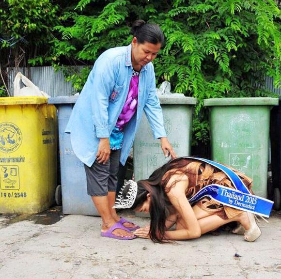 Khi Hoa hậu đội vương miện quỳ lạy cha mẹ: Lòng hiếu thảo của một người con và nét đẹp văn hóa tại đất nước Thái Lan-1