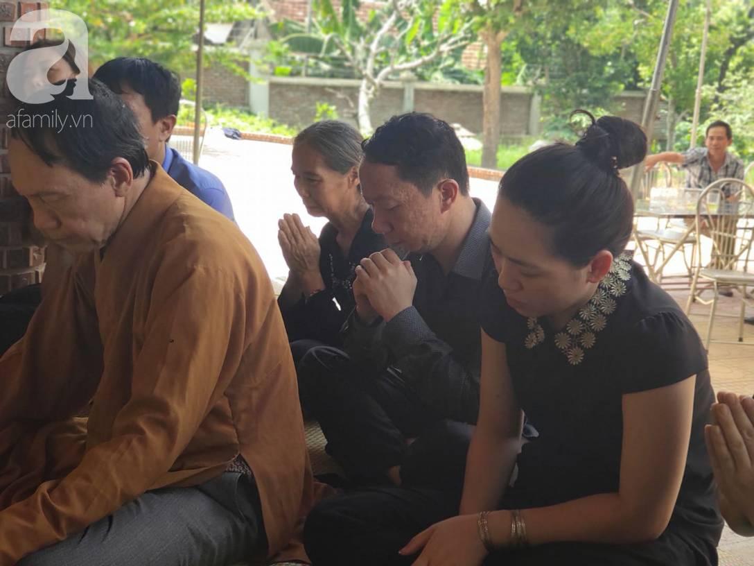 Đám tang đẫm nước mắt của bé trai lớp 1 tử vong vì bị bỏ quên trên xe ô tô đưa đón: Bố mẹ khóc nấc, thẫn thờ trước di ảnh con-6