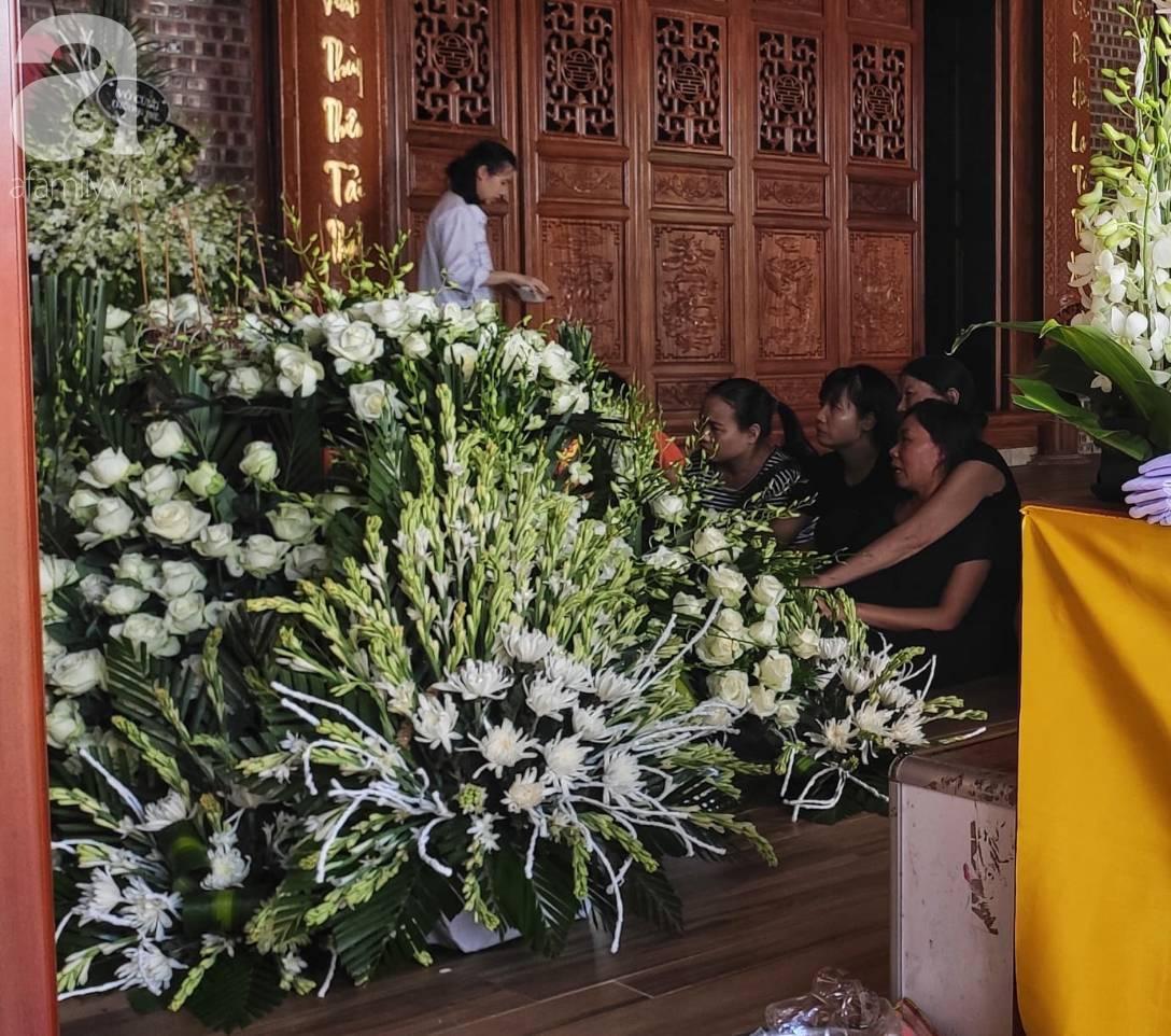 Đám tang đẫm nước mắt của bé trai lớp 1 tử vong vì bị bỏ quên trên xe ô tô đưa đón: Bố mẹ khóc nấc, thẫn thờ trước di ảnh con-10