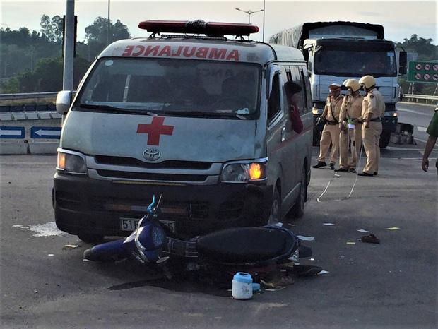 Xe cứu thương chở thi thể bệnh nhân tông xe máy, 2 người nguy kịch-1