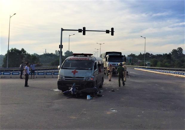 Xe cứu thương chở thi thể bệnh nhân tông xe máy, 2 người nguy kịch-2