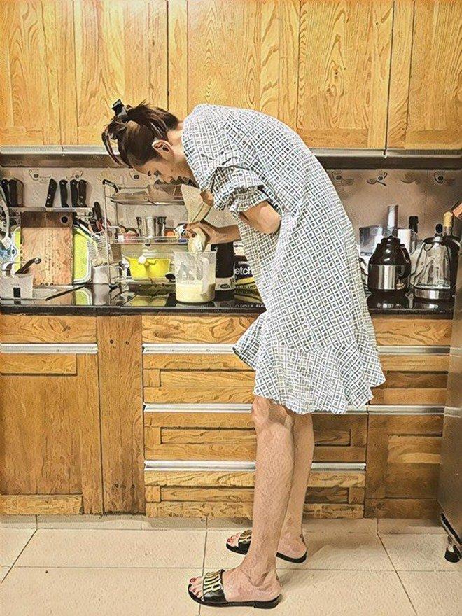 Chồng điển trai cởi trần nấu ăn chiều chuộng Lê Thuý nhưng cô cũng đáp lại thế này!-3