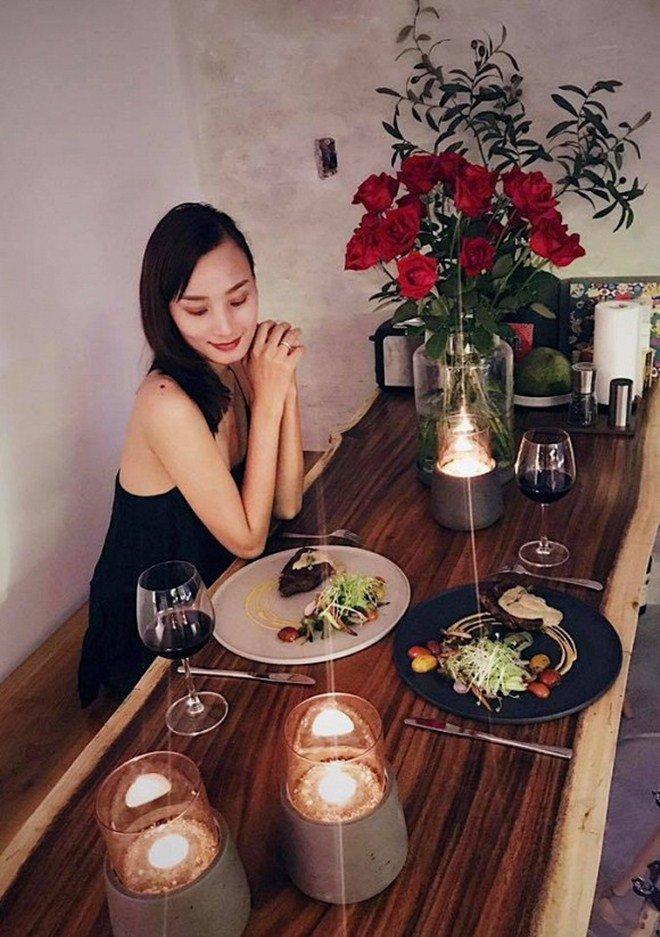 Chồng điển trai cởi trần nấu ăn chiều chuộng Lê Thuý nhưng cô cũng đáp lại thế này!-12