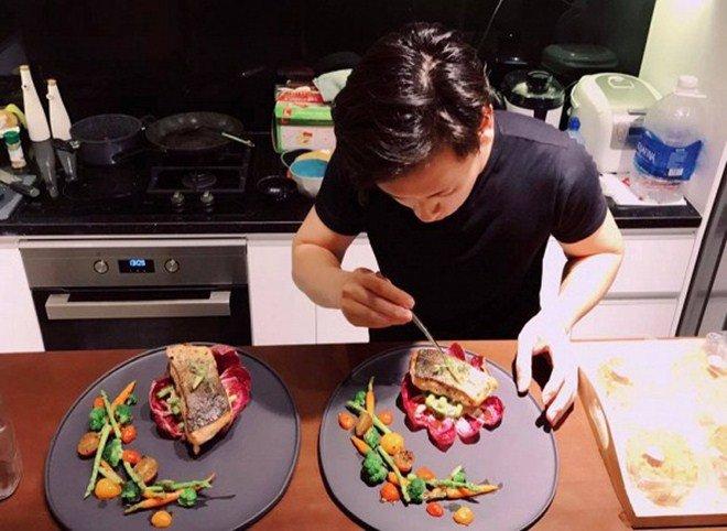 Chồng điển trai cởi trần nấu ăn chiều chuộng Lê Thuý nhưng cô cũng đáp lại thế này!-6
