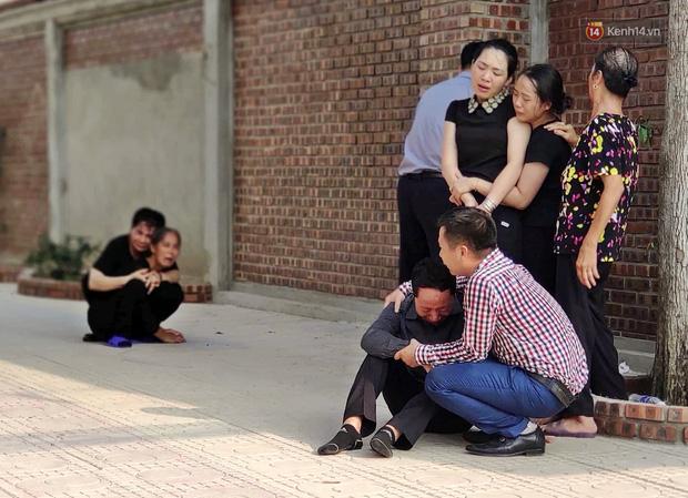 Hình ảnh đau xót: Bố mẹ em bé 6 tuổi gục ngã trước cửa nhà, nhìn thi thể con được đưa về nơi an nghỉ cuối cùng-3