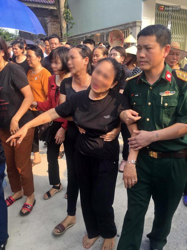 Hình ảnh đau xót: Bố mẹ em bé 6 tuổi gục ngã trước cửa nhà, nhìn thi thể con được đưa về nơi an nghỉ cuối cùng-4