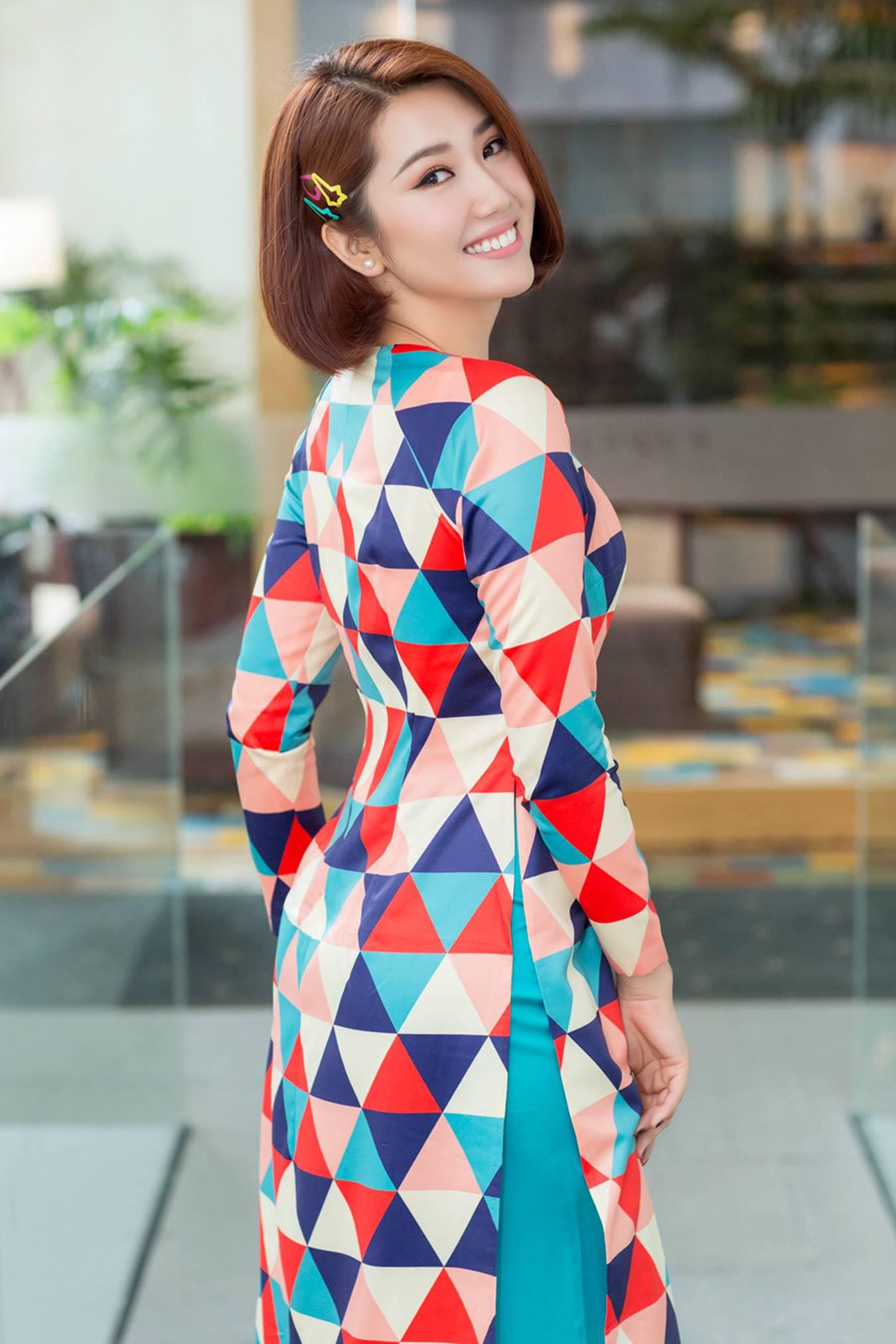 Thuý Ngân mặc áo dài hoạ tiết sặc sỡ khoe dáng ở Nhật Bản-3