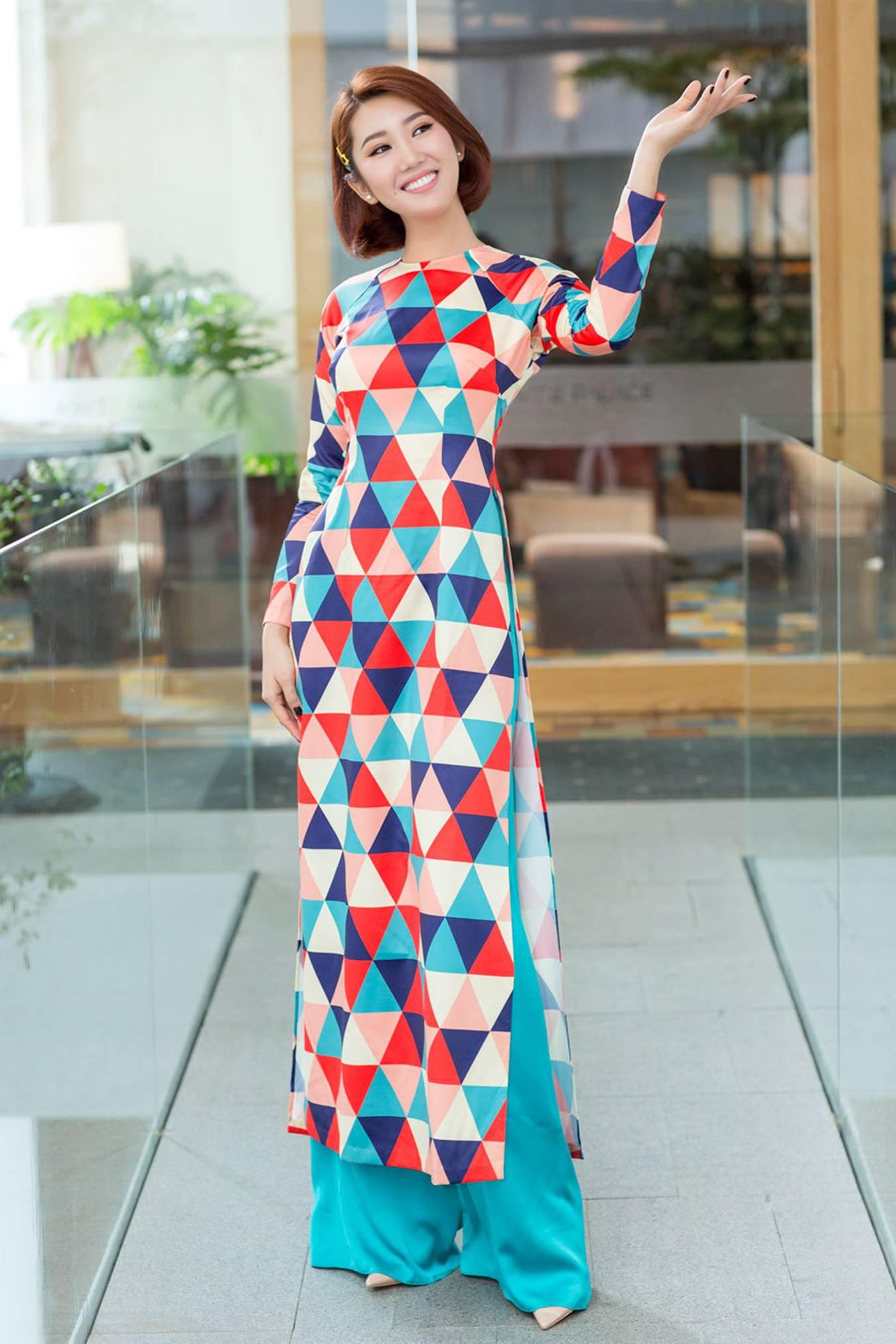 Thuý Ngân mặc áo dài hoạ tiết sặc sỡ khoe dáng ở Nhật Bản-4