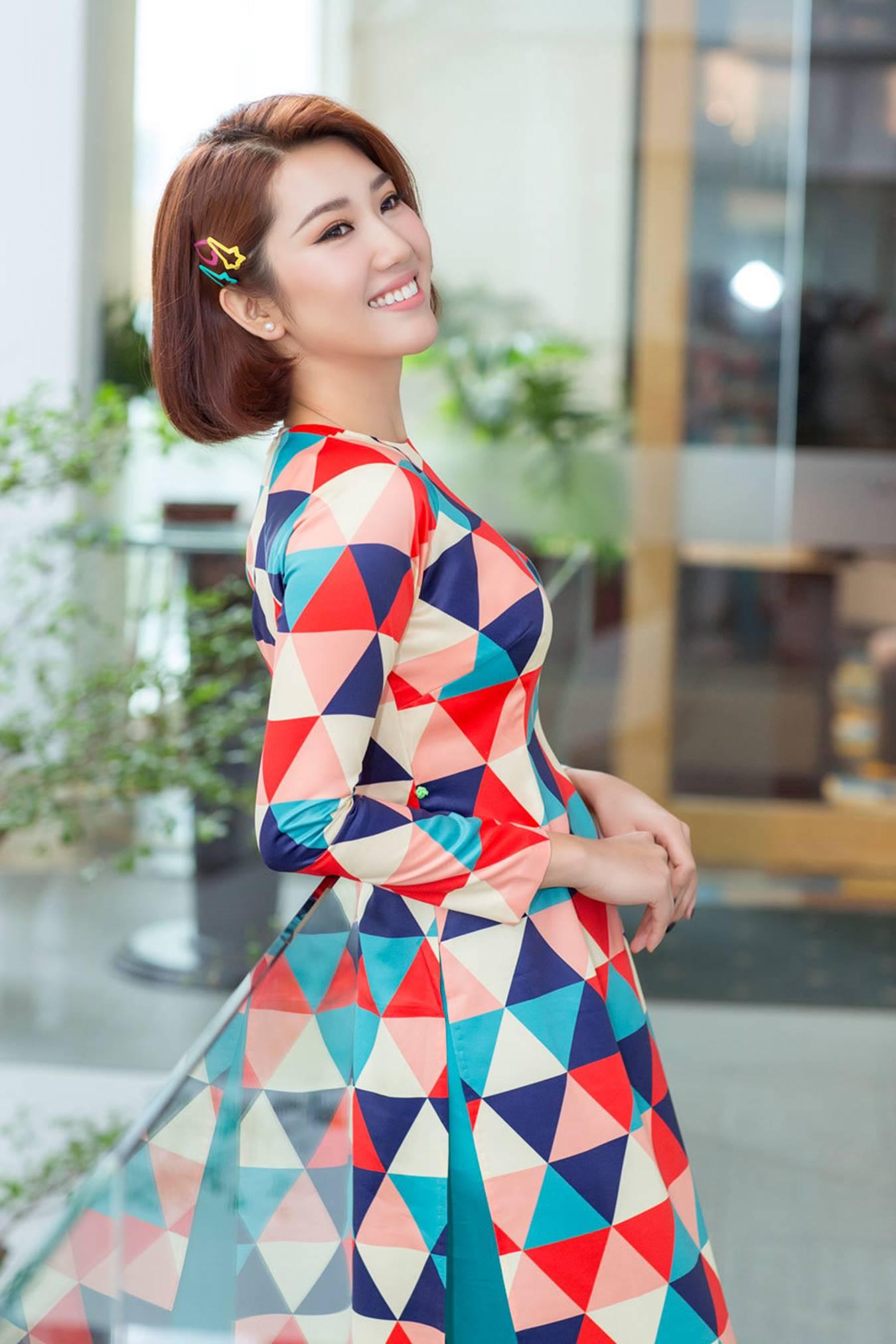 Thuý Ngân mặc áo dài hoạ tiết sặc sỡ khoe dáng ở Nhật Bản-5