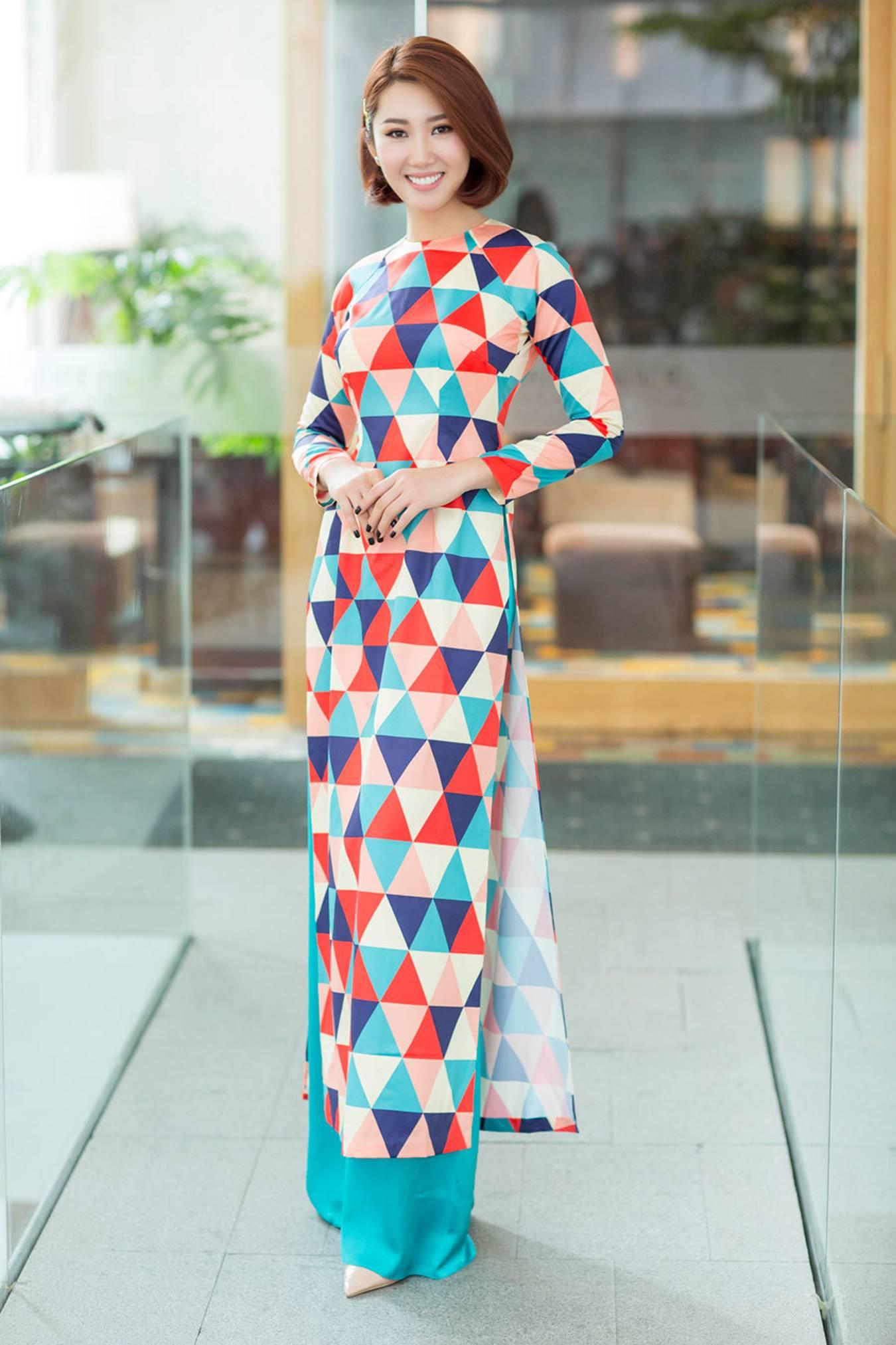 Thuý Ngân mặc áo dài hoạ tiết sặc sỡ khoe dáng ở Nhật Bản-7