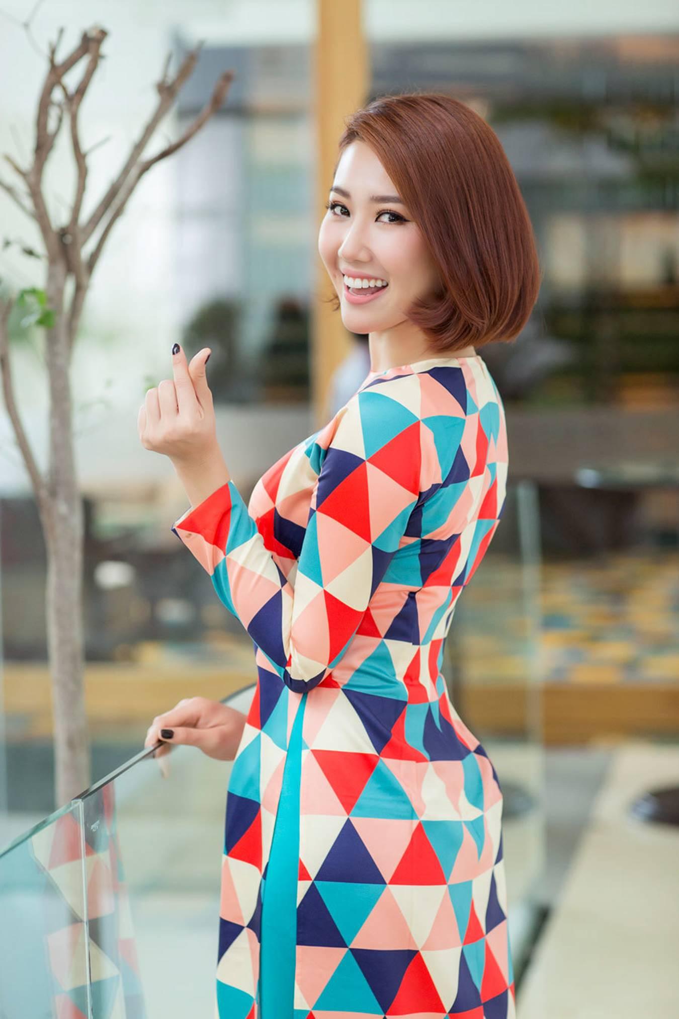 Thuý Ngân mặc áo dài hoạ tiết sặc sỡ khoe dáng ở Nhật Bản-9
