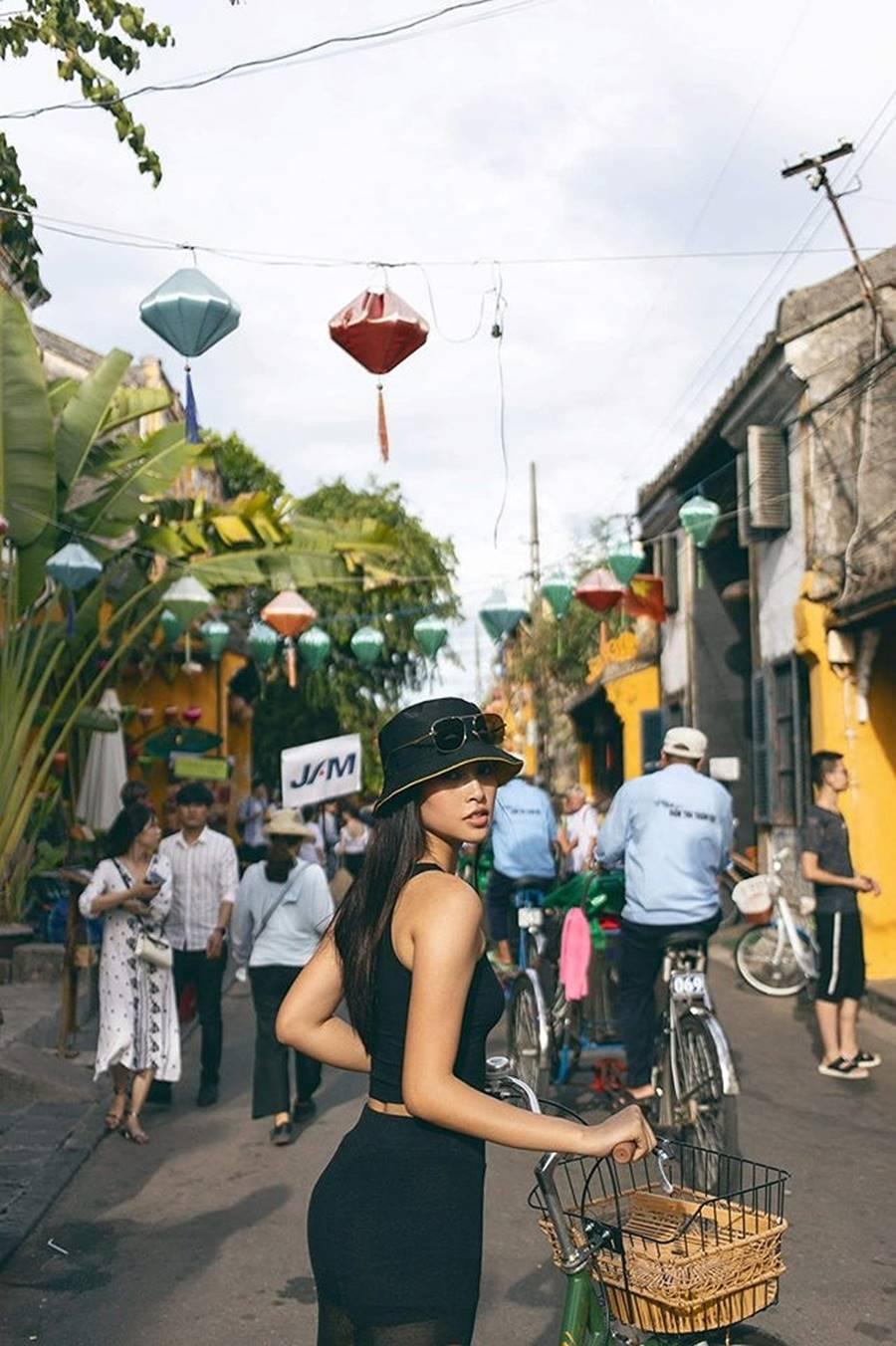 Hoa hậu Tiểu Vy ăn chè đậu đỏ, đạp xe khắp Hội An tìm người yêu ngày thất tịch-1