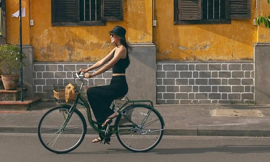 Hoa hậu Tiểu Vy ăn chè đậu đỏ, đạp xe khắp Hội An tìm người yêu ngày thất tịch-2