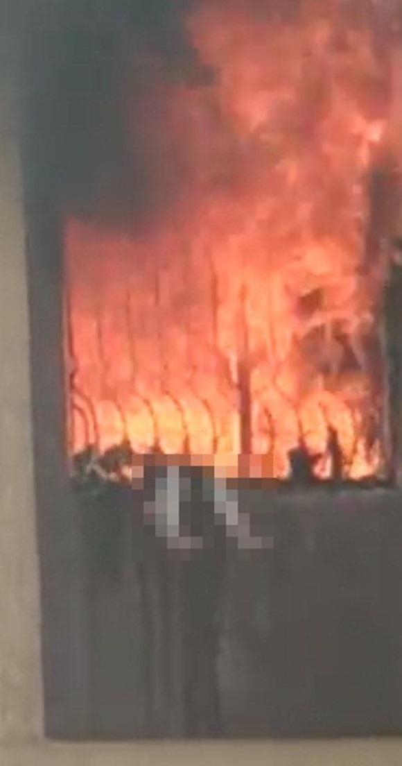 Bị bố mẹ khóa trái cửa trong nhà, bé gái 7 tuổi thiệt mạng vì hỏa hoạn do sạc điện thoại phát nổ-1