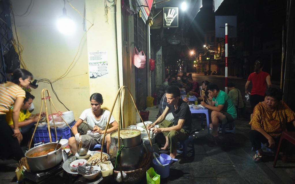 Những hàng ăn ở Hà Nội chỉ mở lúc rạng sáng và nghỉ bán khi mặt trời vừa lên, dù gió rét vẫn tấp nập người qua lại-2