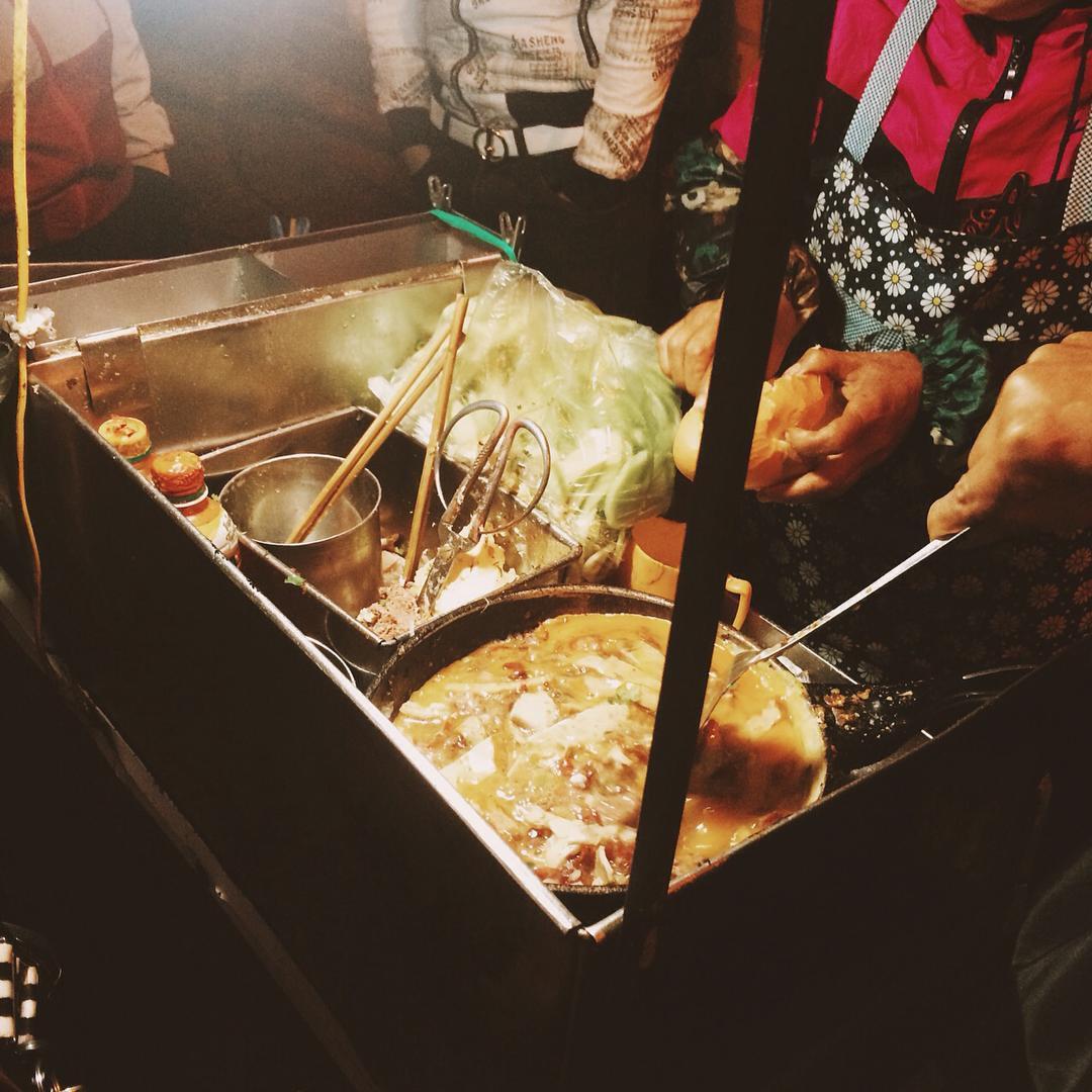 Những hàng ăn ở Hà Nội chỉ mở lúc rạng sáng và nghỉ bán khi mặt trời vừa lên, dù gió rét vẫn tấp nập người qua lại-11