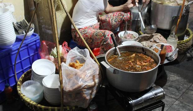 Những hàng ăn ở Hà Nội chỉ mở lúc rạng sáng và nghỉ bán khi mặt trời vừa lên, dù gió rét vẫn tấp nập người qua lại-4