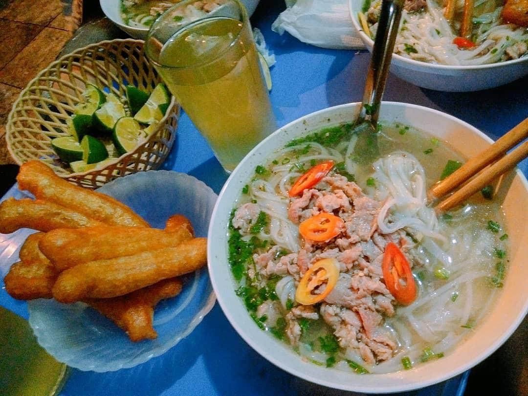 Những hàng ăn ở Hà Nội chỉ mở lúc rạng sáng và nghỉ bán khi mặt trời vừa lên, dù gió rét vẫn tấp nập người qua lại-6