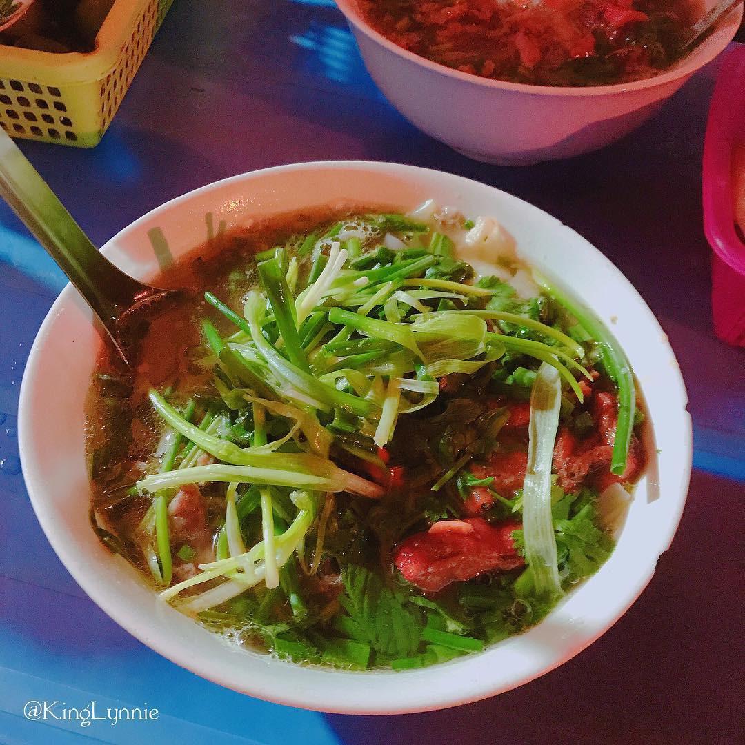 Những hàng ăn ở Hà Nội chỉ mở lúc rạng sáng và nghỉ bán khi mặt trời vừa lên, dù gió rét vẫn tấp nập người qua lại-7