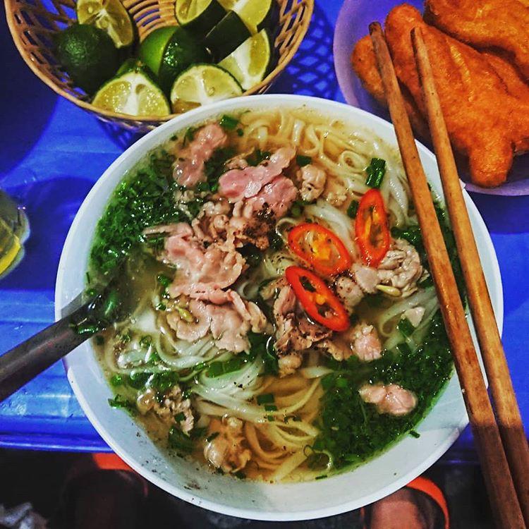 Những hàng ăn ở Hà Nội chỉ mở lúc rạng sáng và nghỉ bán khi mặt trời vừa lên, dù gió rét vẫn tấp nập người qua lại-8