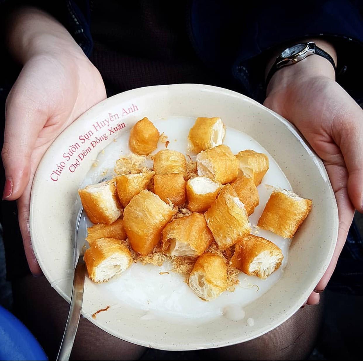 Những hàng ăn ở Hà Nội chỉ mở lúc rạng sáng và nghỉ bán khi mặt trời vừa lên, dù gió rét vẫn tấp nập người qua lại-14