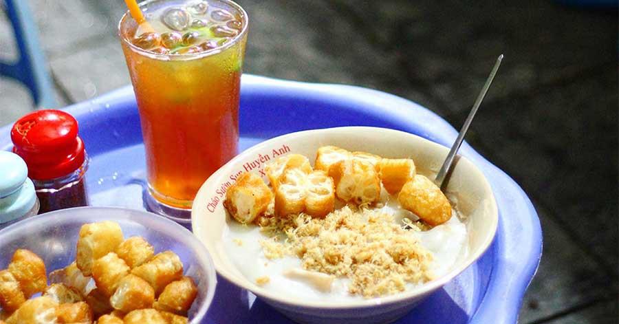 Những hàng ăn ở Hà Nội chỉ mở lúc rạng sáng và nghỉ bán khi mặt trời vừa lên, dù gió rét vẫn tấp nập người qua lại-15