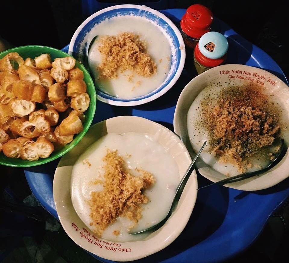 Những hàng ăn ở Hà Nội chỉ mở lúc rạng sáng và nghỉ bán khi mặt trời vừa lên, dù gió rét vẫn tấp nập người qua lại-17