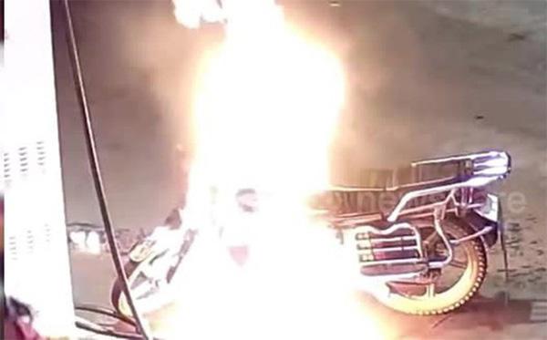 Hãi hùng người đàn ông say rượu châm lửa đốt xe máy ngay ở cây xăng-1