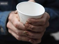 Mời người đàn ông vô gia cư cốc cà phê, hôm sau cô gái đã nhận được điều không thể ngờ tới